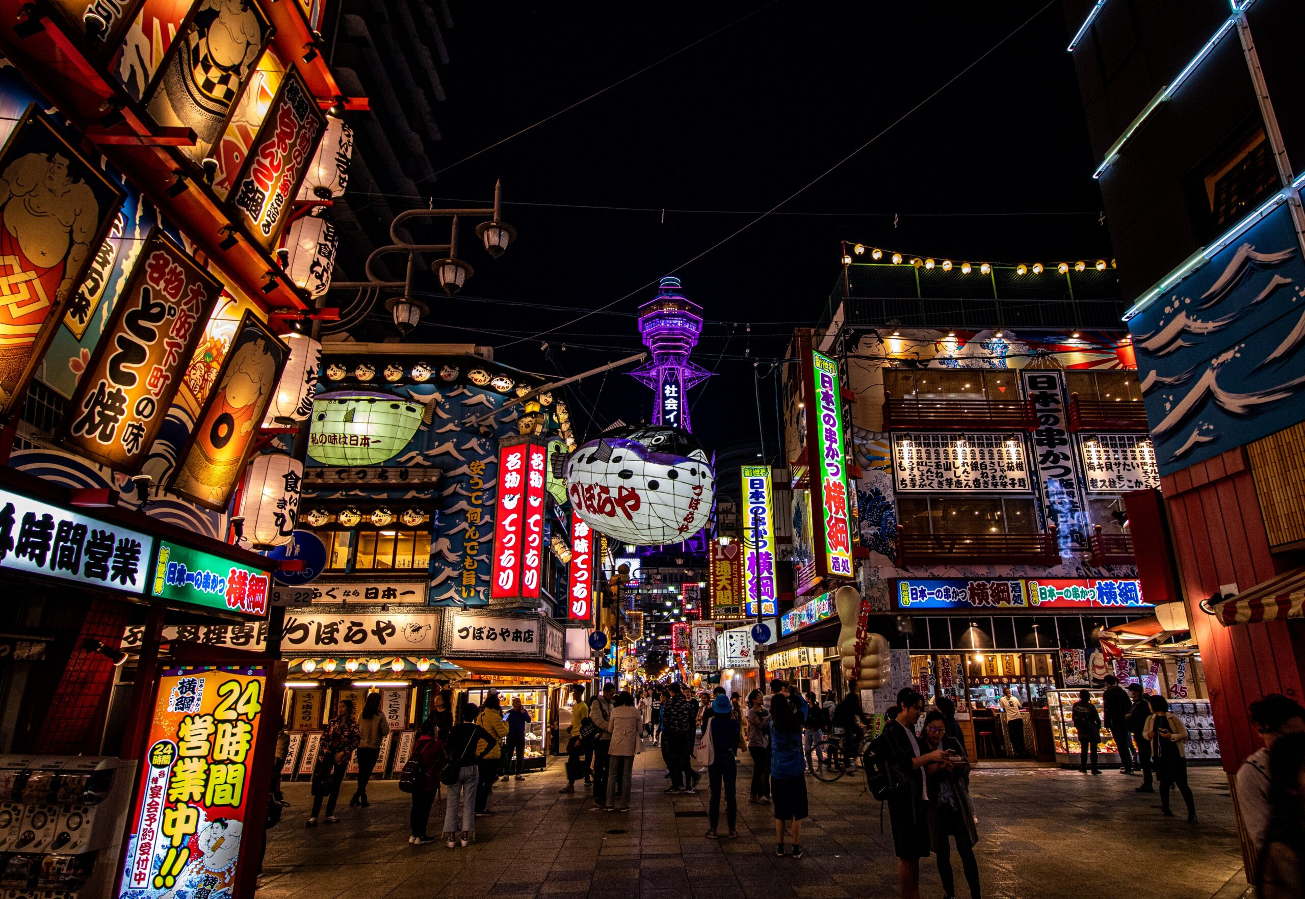Calle shinsekai de noche
