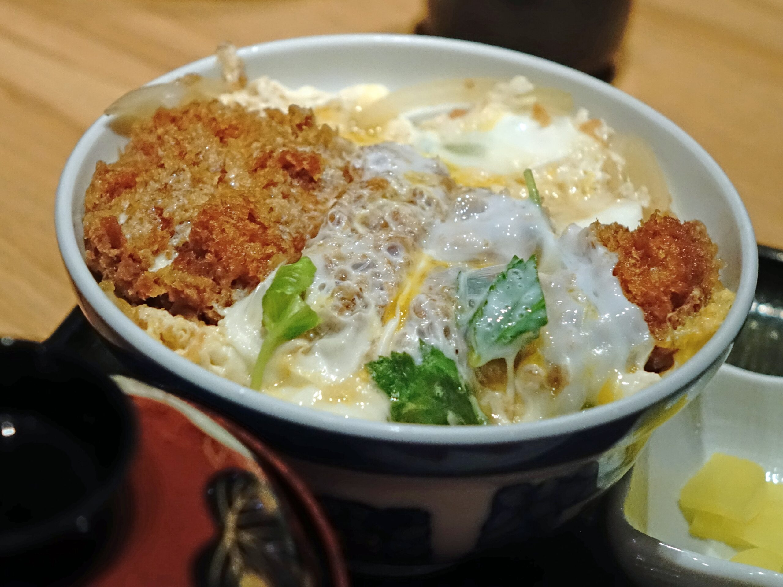 Comer Katsudon en Japón