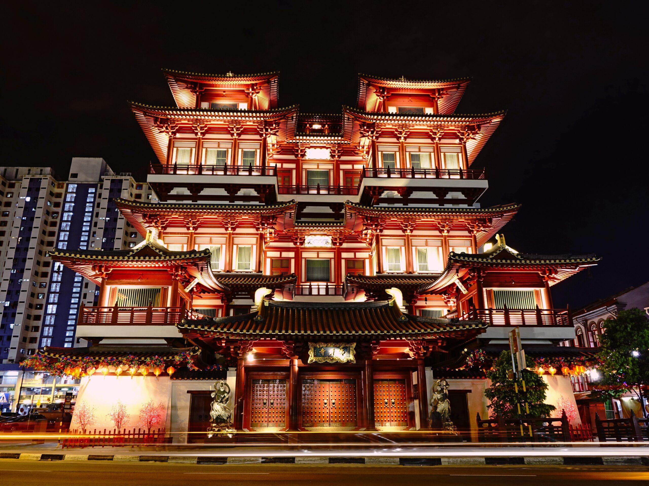 Templo del diente de Buda de noche