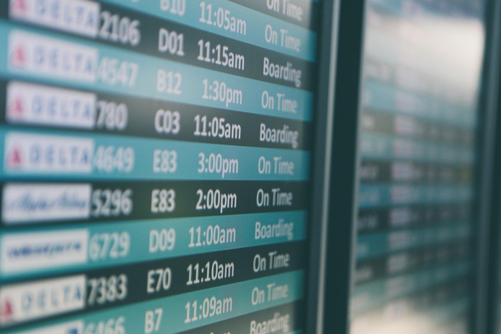 Panel de aeropuerto con salidas