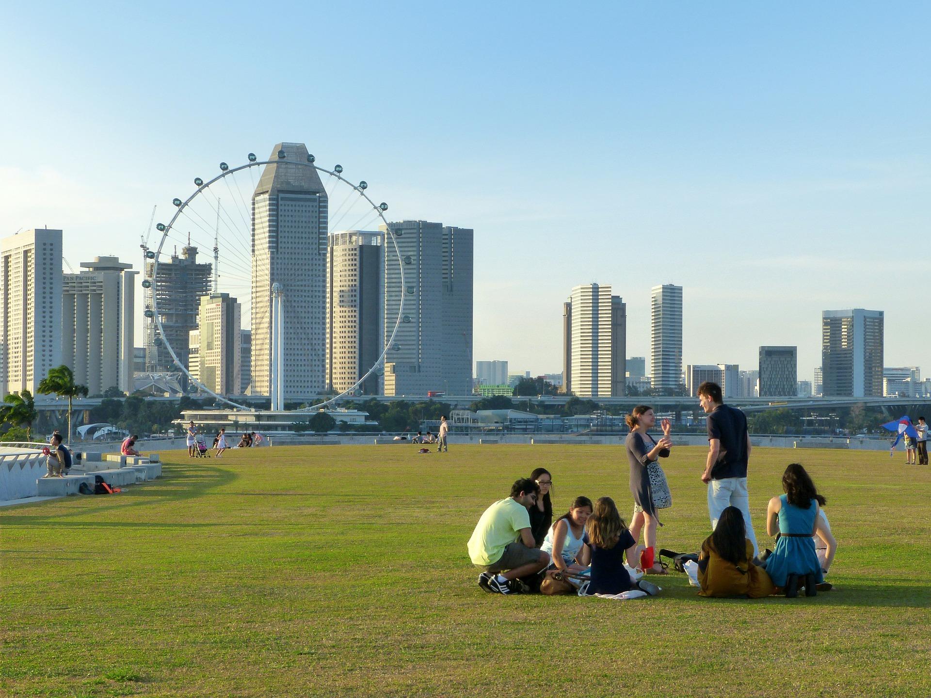Grupo de personas en un parque de la marina de Singapur