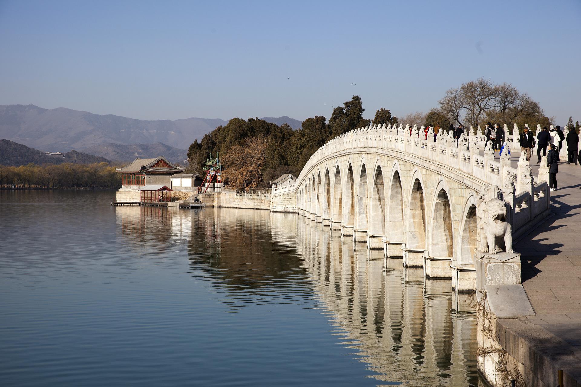 Puente sobre uno de los lagos en el Palacio de verano