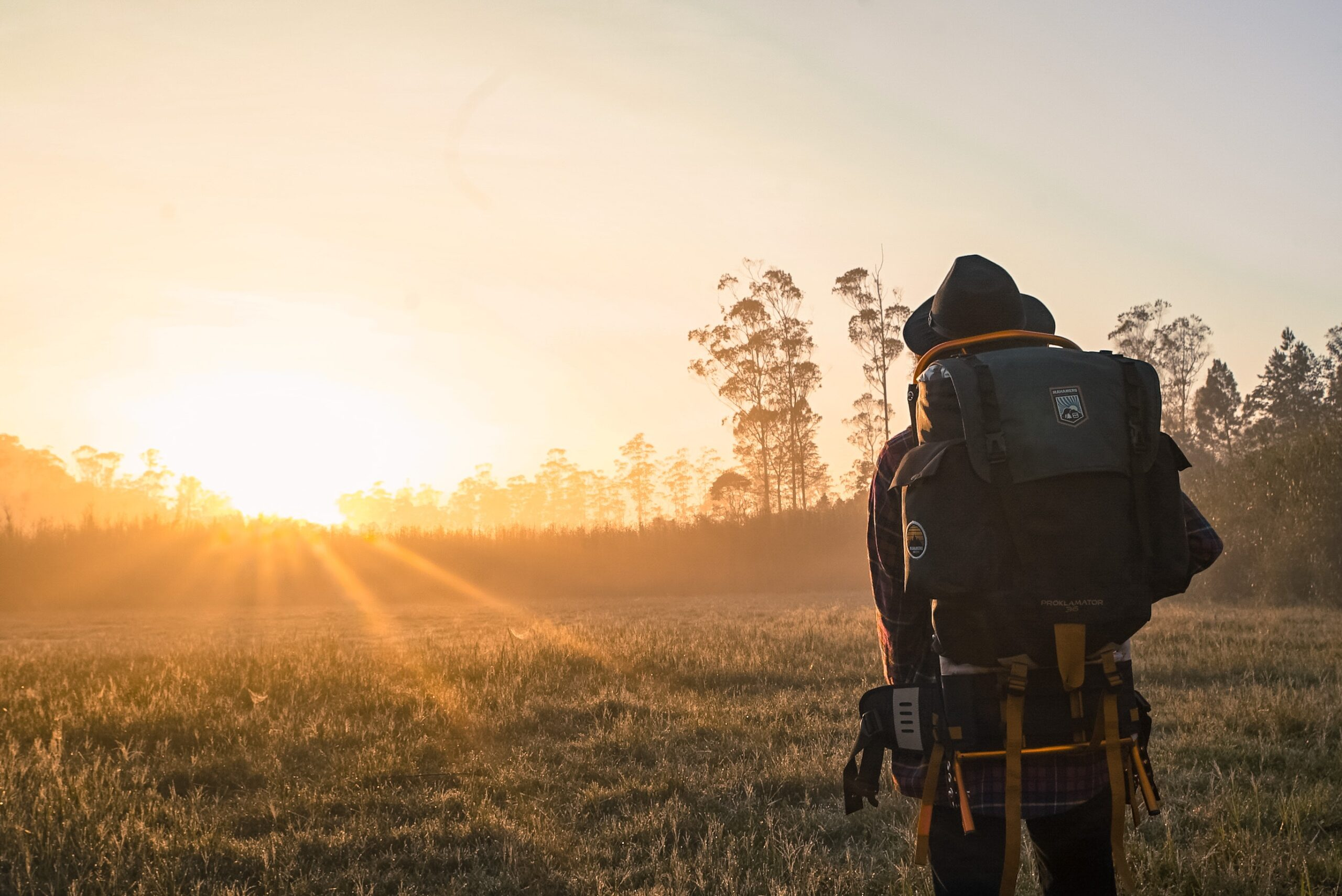 Mochilero observando puesta de sol